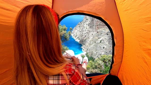 vídeos de stock, filmes e b-roll de a mulher está acampando. - fethiye