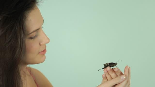 Frau freut sich über Schmetterling