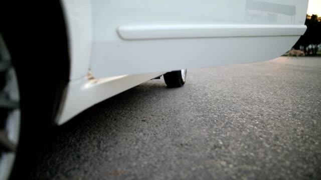 女性が彼女の車に入る - 入る点の映像素材/bロール