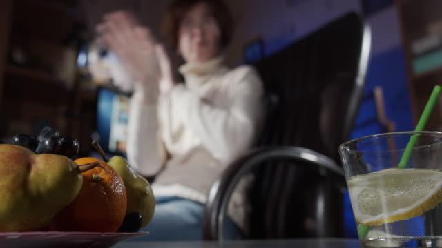 女性は自宅で働いている間、拒否をジェスチャーしています - 断る点の映像素材/bロール