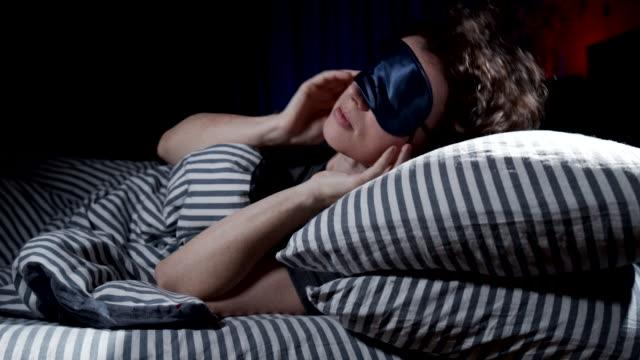 frau schläft ein - one mature woman only stock-videos und b-roll-filmmaterial