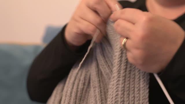 女性は、編み物、クローズ アップ - 仕立て屋点の映像素材/bロール