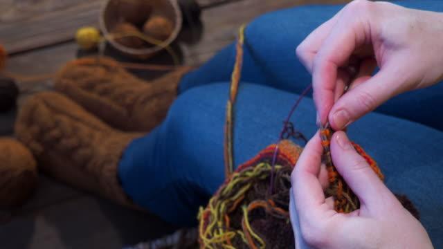 女性の編み物 - 赤ちゃんの靴点の映像素材/bロール