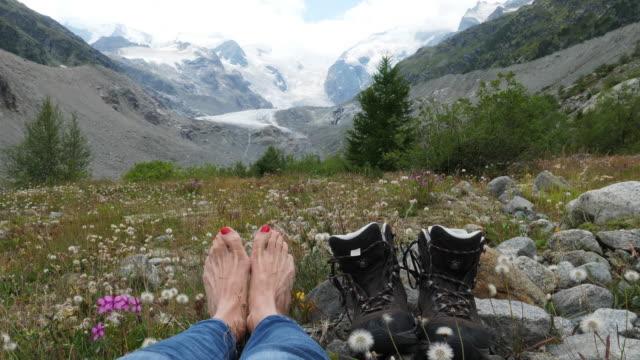 vídeos y material grabado en eventos de stock de a woman is looking at glacier morteratsch - esmalte de uñas rojo