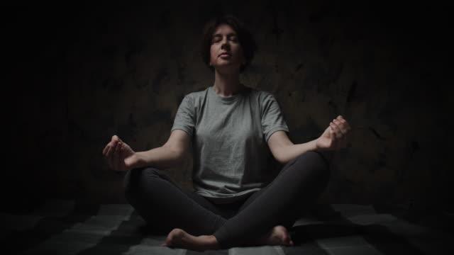 女性は家で瞑想している - 無の境地点の映像素材/bロール