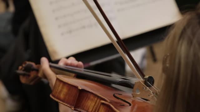 stockvideo's en b-roll-footage met a woman is playing on violin - kop