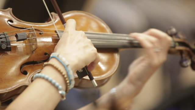 vidéos et rushes de a woman is playing on violin - instrument de musique