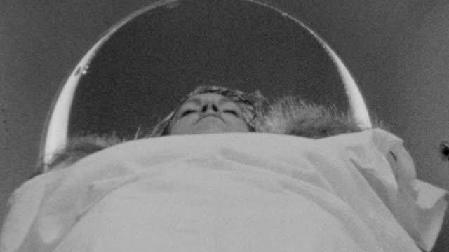 vídeos y material grabado en eventos de stock de woman is pushed into ct scanner / multiple angles / ct scan of young woman on november 01, 1989 in los angeles, california - artículo médico