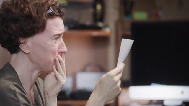 stockvideo's en b-roll-footage met de vrouw leest een brief en het schreeuwen - one mature woman only