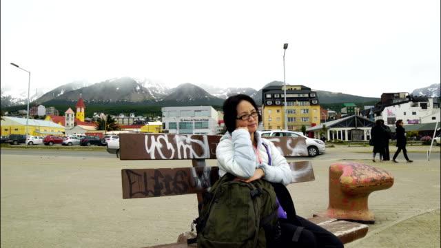 vrouw zit in het park, Ushuaia