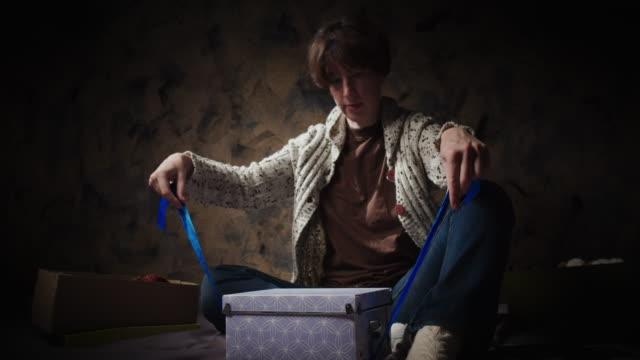 woman is tying the gift box - avvolto video stock e b–roll
