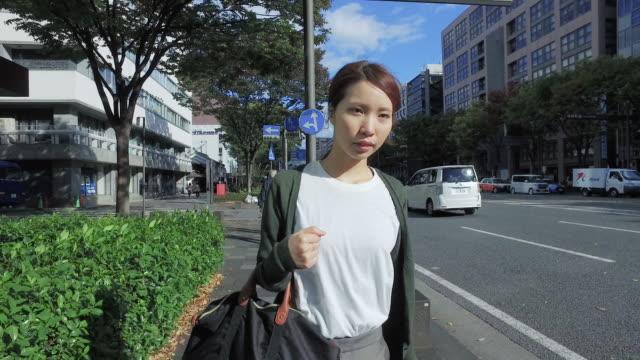 vídeos de stock, filmes e b-roll de woman is walking down the street - ponto de vista de caminhada