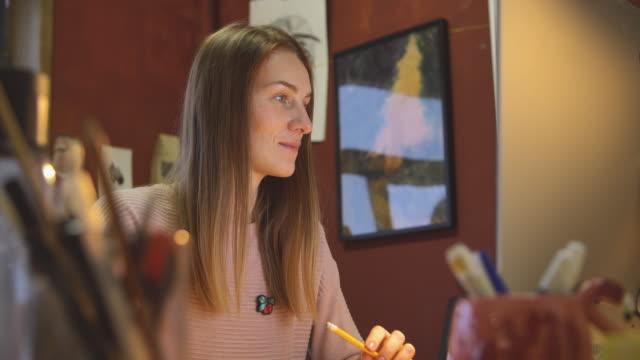 vídeos y material grabado en eventos de stock de mujer está trabajando frente a un monitor en un loft. - globo terráqueo para escritorio