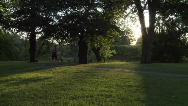 vídeos y material grabado en eventos de stock de ws woman jogging in park / copenhagen, denmark, denmark - corredora de footing