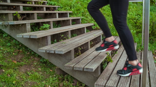 frau joggen im park  - in bodenhöhe stock-videos und b-roll-filmmaterial
