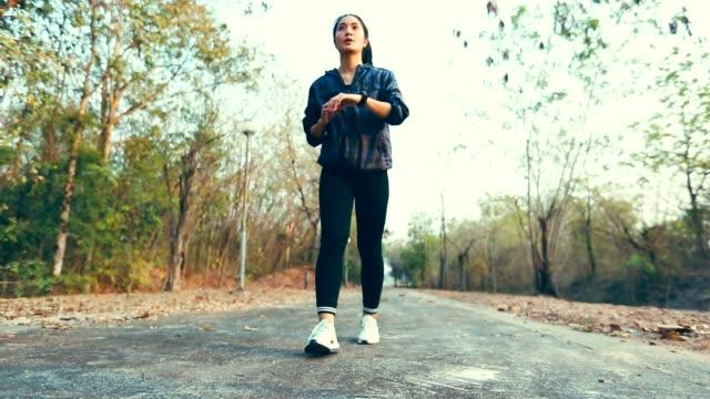 vídeos de stock, filmes e b-roll de mulher a correr no parque, exercício de conceito, câmera lenta - sem manga