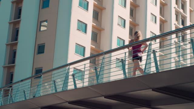 Frau Joggen auf der Brücke