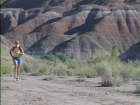 ws woman jogging on dirt track / colorado, usa  - einzelne frau über 30 stock-videos und b-roll-filmmaterial