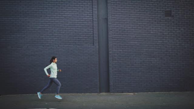 vidéos et rushes de jogging de femme sur la rue urbaine - vêtement de sport