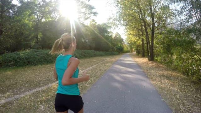 vidéos et rushes de femme jogging extérieure - joggeuse