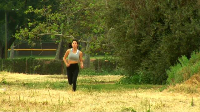 woman jogging - joggerin stock-videos und b-roll-filmmaterial
