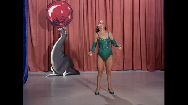 woman juggling 3 balls - jonglieren stock-videos und b-roll-filmmaterial