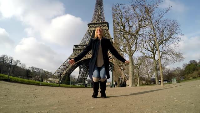vídeos y material grabado en eventos de stock de mujer salto en cámara lenta de la torre eiffel en parís - torre eiffel