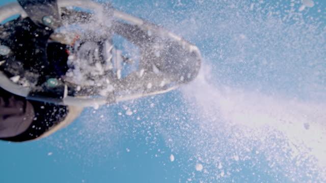 スノーシューでカメラを飛び越えて slo mo 女性 - スーパースローモーション点の映像素材/bロール