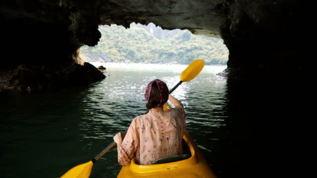 vídeos de stock e filmes b-roll de woman kayaking in halong bay - kayaking