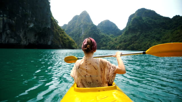 stockvideo's en b-roll-footage met vrouw kajakken in halong bay - exploratie