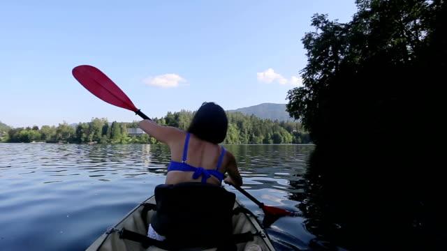 Vrouw kajakken in de Lake