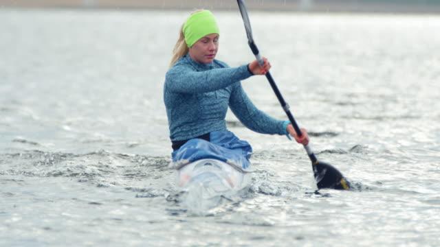 Frau, Kajakfahren auf dem See