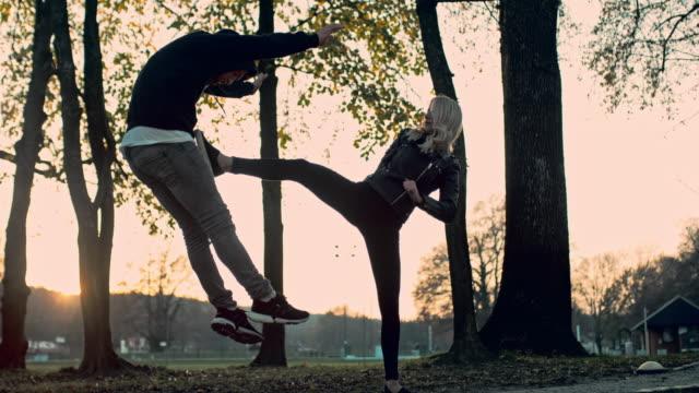 vidéos et rushes de slo mo femme coups de pied loin d'un agresseur - arts martiaux