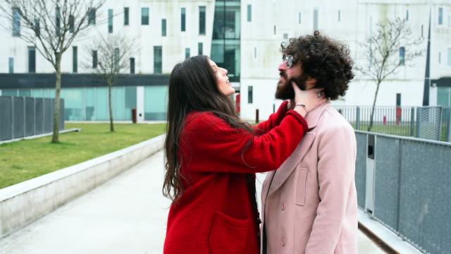 vidéos et rushes de woman kissing man - embrasser sur la bouche