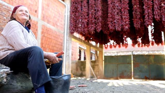 vídeos y material grabado en eventos de stock de una mujer arrodilla maíz - accesorio de cabeza