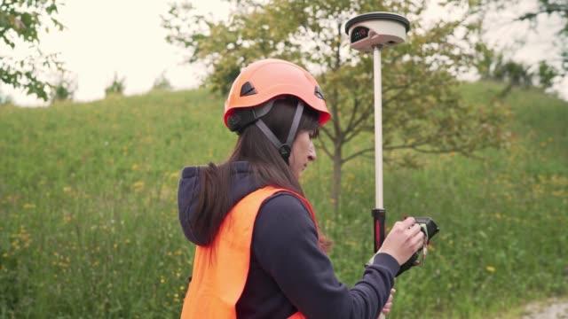 vídeos y material grabado en eventos de stock de mujer agrimensora de tierras medición - medir
