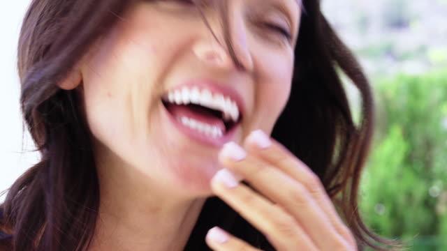 vídeos y material grabado en eventos de stock de woman laughing - 40 44 años