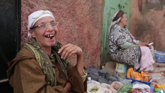 vidéos et rushes de woman laughing - âge humain