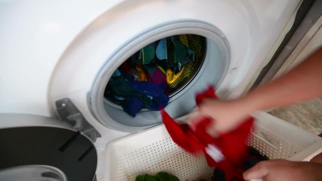 stockvideo's en b-roll-footage met vrouw wasserette thuis - wasmand