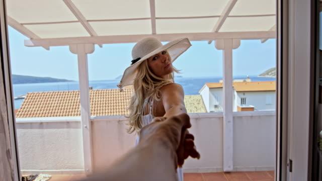 SLO MO Frau, die Ihren Freund auf dem Balkon