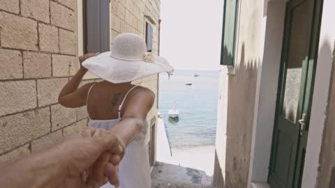 vídeos y material grabado en eventos de stock de mujer de san luis obispo missouri que su novio a la playa - villa asentamiento humano