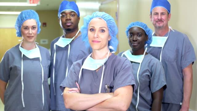 vidéos et rushes de femme menant l'équipe médicale multiethnique à l'hôpital - infirmière