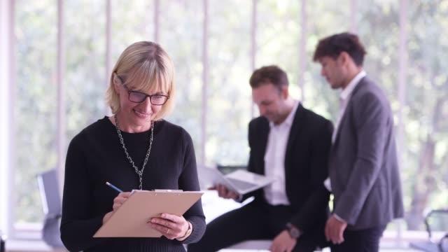 ビジネスミーティングをリードする女性 - スクラム点の映像素材/bロール