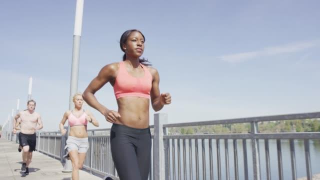 Femme, menant la course