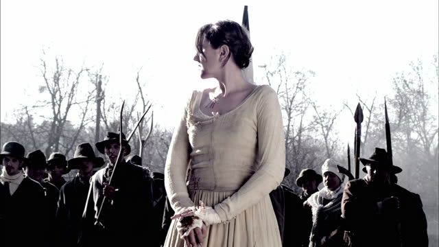 vidéos et rushes de a woman leads men with makeshift weapons into battle during a storming of the bastille reenactment. - révolution française