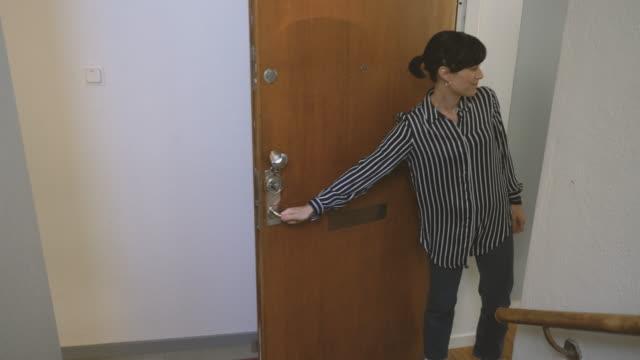 vídeos de stock, filmes e b-roll de woman leaving coworker's apartment - países nórdicos