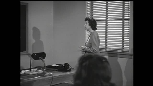 "woman lecturing classroom full of girls and points at the diagram on the blackboard; diagram: ""bell system organization american telephone and... - 1940 1949 bildbanksvideor och videomaterial från bakom kulisserna"