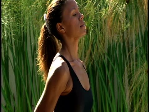 woman lifting weights - 後ろで束ねた髪点の映像素材/bロール