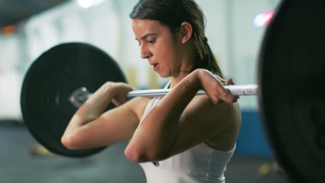 vídeos y material grabado en eventos de stock de ms a woman lifts weights in a gym / rio de janeiro, brazil - culturismo