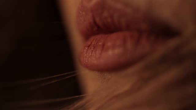 stockvideo's en b-roll-footage met de lippen van de vrouw - bruine ogen